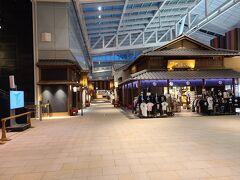 こちらは4F江戸小路の様子①。手前右側の物販店は時短営業していましたが、通りに面した飲食店はほとんど休業もしくは閉店の準備をしていました。