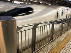 台湾ラーメンを堪能して、濃厚おつまみスナックゆかり(江崎グリコ)を たくさん買って新幹線で移動。  新幹線に乗ったのはいつ以来だろう...  やっぱり速いし、到着した瞬間気分高まって その姿がかっこ良くて写真撮っちゃった!