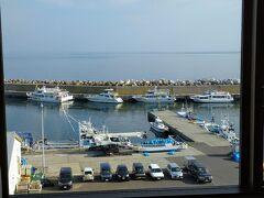 8月22日(日)の朝です。 ウトロはいいお天気なんですけど。。  ボートツアーの客船でしょうか。仲良く並んでます。