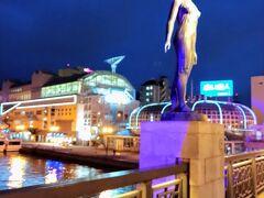 夜の幣舞橋。 フィッシャーマンズワーフMOOの明かりで、何とかここに載せられる一枚が撮れました。  明日は最終日。阿寒方面へ行く予定です。