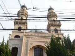 神戸北野町は、狭い範囲に様々な宗教・宗派の施設が集まっていますが、北野工房から萌黄の館・風見鶏の館に向かう途中にもふたつの宗教寺院をみかけました。  こちらは1935年に建立された神戸ムスリムモスクです。