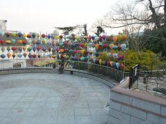 北野町広場にやってきました。  神戸北野インターナショナルフェスティバル@ベトナムというイベントが行われていて、広場にはベトナムのランタンが飾られていました。