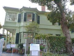 萌黄の館は、昔は「白い異人館」と呼ばれていましたが、今は建築当時の淡い緑に復元されて、「萌黄の館」という名前になっています。 明治36年にアメリカ総領事のハンター・シャープの自宅として建設され、昭和19年には小林秀雄氏の所有となりました。