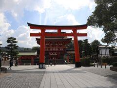 2日目最初の観光は 伏見稲荷大社。