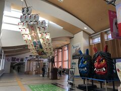 お初の秋田駅に到着☆ ousaruさんが迎えに来てくれ、さっそく車でGO  ousaruさんはもちろん自力で188個全てのおみやげ回収済みで、今日は完全に私のアテンドをしてくださるということです。