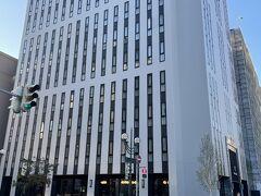 円山公園からすすきのまで、東西線と南北線の乗車します すすきの駅から豊水すすきの駅方面へ 今回宿泊する「すすきのグランベルホテル」は、豊水すすきの駅出口から 徒歩10数秒でした 17階建てのホテルのみの建物です