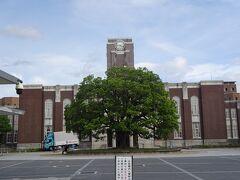 京都大学正門(シンボルのクスノキと百周年時計台記念館)
