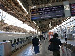 16時過ぎの新横浜。  ほぼ毎月新幹線で移動していますが、徐々に人増えてますね。