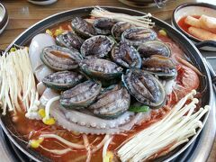 済州島といえばアワビです! ご覧ください、このビジュアル!「記憶に残る店」の名に恥じない驚きの鍋でした。 【2014年6月訪問】