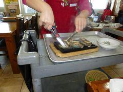 済州島の名物料理が揃う「ユリネ食堂」で焼きアワビを注文すると、おばちゃんが専用台を転がしてきて目の前で焼いてくれました。アツアツでいただくアワビが美味しくないはずがありません。 【2016年3月訪問】