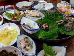 済州島に限りませんが、韓国で刺身を注文すると、お通しの豪華さに圧倒されます。「チョンヘイル」は済州市にある人気の刺身屋で、これも前菜?と驚くばかり! 【2015年9月訪問】