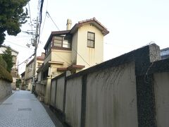 風見鶏の家の前から東側へと細い路地を歩いて行きます。