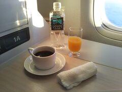 コーヒーを飲みながら間もなくホノルル到着です  毎回わくわくしますね