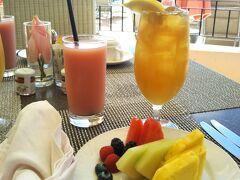 滞在中の朝食は、散歩した後に、サーフラナイで、同じ時間、同じ席で頂きます この日は何故かナプキンデコレーションしてあって、ブッフェなのにフルーツをサーブしてくれました(笑)