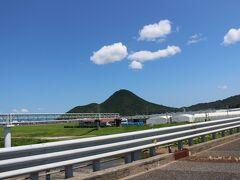 名神高速道路を、東の方へ・・ 滋賀県に入ると、近江富士が見えてきました。