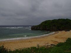 3日目の午前中に、車で島を一周してみました。といっても、車で10分ぐらいの島です。  以前訪れたハートロックに行こうかと思ったのですが、直前で子供が寝てしまいました。そのため、車でぎりぎりまでアクセスできるトケイ浜へ行くことにしました。 この浜はアクセスが分かりづらいです。 具体的には一周道路からハートロックの駐車場に入り、駐車場の入り口ギリギリのところに曲がる道があるので、そこを入ると着きます。 無料の駐車場が5台ほどあります。