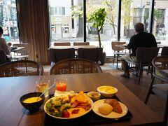 和食と洋食の両方が用意されていました サラダにかけたトマトドレッシングが秀逸でした