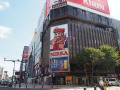 すすきの交差点にある札幌を象徴する 「NIKKA髭の男」の看板です