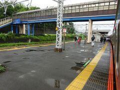 この写真は真鶴駅。各駅とも乗り降りは多い。  実はこのとき、熱海市内で大規模な土石流があって、特に湯河原と熱海の間は鉄道でしか行き来ができなくなっていた。 なので余計混雑した。