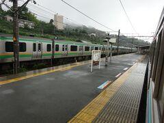 来宮駅に停車。 このあたりまでが東海道線との並行区間で、構内の留置線で東海道線の電車が休憩中。