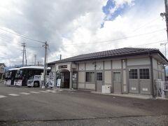 11:40 松本駅から25分。 新村駅に着きました。  今の駅舎は、平成24年3月築の新駅舎です。 バスが停車している位置に、開業時大正10年築の歴史ある旧駅舎がありましたが、平成29年3月に解体されてしまいました。