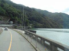 にゅうやまトンネルを抜けると '奈川渡ダム' です。 この沿道にある梓川3ダム(稲核ダム・水殿ダム)の中で一番上流にあるアーチ式コンクリートダムで、昭和44年に完成しました。  このダムは堤高155mと、3ダムの中で一番大きく、日本にあるアーチダムの中では黒部ダム・温井ダム(広島県)に次いで3番目に堤高が高いダムです。 天端は国道158号線になっており、東京電力が管理しています。