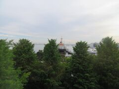 5月28日午前6時半 横浜のホテルニューグランド本館のお部屋から 銀杏の新緑の向こうに氷川丸