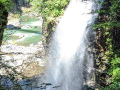 大迫力の虹見の滝。  マイナスイオン~。 暑い日でしたが滝を近くで見られて涼しくなれました。
