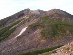乗鞍岳とは、飛騨山脈南部の長野県松本市と岐阜県高山市にまたがる山頂部のカルデラを構成する最高峰の剣ヶ峰・朝日岳などの8峰を含め、摩利支天岳・富士見岳など23の峰からなる山々の総称です。