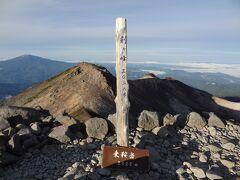 乗鞍岳の主峰‥剣ヶ峰/E3,026mの山頂に着きました。 剣ヶ峰は、本州を太平洋側と日本海側に分ける分水界上の最高峰でもあるそうです。