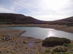 畳平にある鶴ヶ池を見ていきましょう。  鶴ヶ池はカルデラ内の火口原(平坦部)に水が湛えられる火口原湖との説がありますが、堰止湖とする考えもあるそうで、実態は定かではありません。