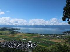 西の丸跡からの眺望 対岸の琵琶湖テラスは 本日も雲海の様ですね。。 こんなに晴れてても、あの一帯のみ 雲ってます。 行ってみないとわからないのね。。