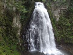 10:36 番所大滝です。 落差40m、幅5mあり、乗鞍三滝(三本滝・善五郎の滝・番所大滝)の中で一番規模の大きい滝です。
