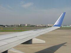 手荷物検査に意外に時間を取られてやきもきしましたが、どうにか成田国際空港行きの全日空NH2176便に搭乗。 使用機材は国内線用のB737-800でした。