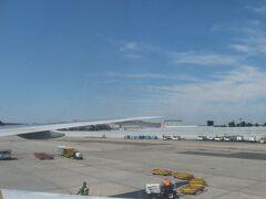 NH10便は眼下にクイーンズ区の高級住宅地を見下ろしながら、現地時間の午前10時15分にニューヨーク・ジョン=F=ケネディ国際空港の滑走路22Lに着陸。 長い地上走行の後、10時30分頃にターミナル7に到着しました。