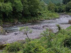 多摩川の近くを歩いています。