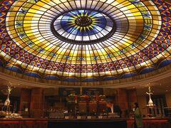 ベルリンで2連泊するホテルは、ベルリン動物園のそばにある インターコンチネンタルでした。 さすがにデラックスクラスのホテルで、部屋は広くて豪華だし、 朝食会場の天井は、こんなに見事なステンドグラスでした。