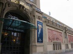 「ベルリン水族館」は「ベルリン動物園」に併設されていて、 ドイツでも最大級の規模と100年以上の歴史を誇る国立の水族館です。 800種以上の生物を飼育しています。 壁の恐竜たちとはどういう関係があるのかな?