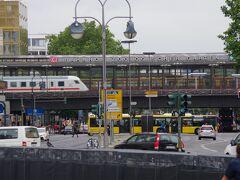 ヴィルヘルム皇帝記念教会からは、ツォー(Bahnhof Zoologischer Garten)駅が見えます。