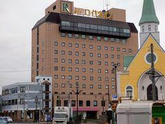 宿泊した「釧路ロイヤルイン」は、北海道新聞の朝刊が客室に無料で配布されますが、どうやら北海道新聞の販売店が、この建物のオーナーさんみたいです。  チェーンホテルのような画一的なサービスとはまたひと味違う、ホスピタリティが豊かなホテルでした。 AM9:30 フロントの女性の笑顔に送り出され、さぁ、道の駅巡りのドライブに出発!