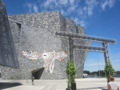 さて、鳥居の向こう側に建つ角川武蔵野ミュージアムに行ってみます  この独特なデザインも、、、やっぱり隈研吾氏の設計 図書館、博物館、美術館を融合した複合文化施設です  外壁は2万枚の花崗岩を組み合わせているんだとか