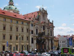 プラハ見学パート2はプラハ城からの大階段を下りてきたスタート 小地区にある聖ミクラーシュ教会(聖ニコラス教会) 見学には入場料が必要で100CZK 聖ヴィート大聖堂見学後で教会はお腹いっぱい状態だったので内観はスキップ