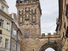 カレル橋のお城側にある小築側の橋塔 門の両側に2つの塔があり 低い塔はロマネスク様式で12世紀に造られ16世紀末に現在のルネサンス様式に、高い方の塔は15世紀後半に建てられています