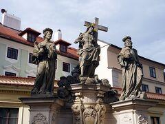 カレル橋を渡ります 1357年から60年近くかけて完成したプラハ最古の橋 長さ約520m、幅約10m、橋の両側に計30体の聖人像が並ぶ言わずと知れたプラハの観光名所 プラハに来てこの橋を渡らないワケにはいきません