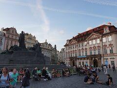 旧市街広場のヤン・フス像とキンスキー宮殿  ヤン・フスは15世紀にプラハで宗教改革を行ったプロテスタントの指導者 カトリックの批判を続け1415年に火あぶりに・・・  ヤン・フスを信仰する人々は、フス派を名乗り反カトリックへ フス派の拠点がティーン教会となる為、このヤン・フス像の視線はティーン教会に向けられています