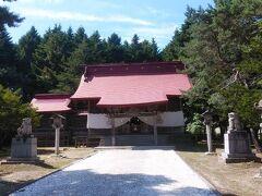 赤い屋根が印象的な神社の本殿。 開拓の歴史とともに創建されたところが多いようで、こちらは1812年に創建されている。