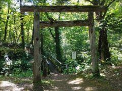 神社は境内奥の山道を少し登ったところにあった。 小さな本殿だが、集落の信仰を集めている感じがした。