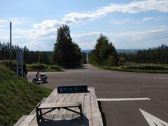 起点には写真撮影用にステージが設置されていた。 この道、長さはなんと28キロ。斜里町をこえ、小清水町までまっすぐな道が続いているという。