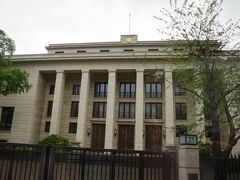 そして、日本大使館です。日の丸はありませんが、菊の御紋があります。