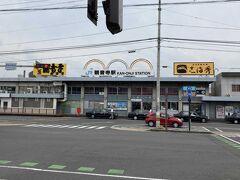 観音寺駅 駅構内にお土産物屋さん、左側にセブンイレブン 駅の反対側にスーパーとはなまるうどん(うどん県にもあるんですね!)